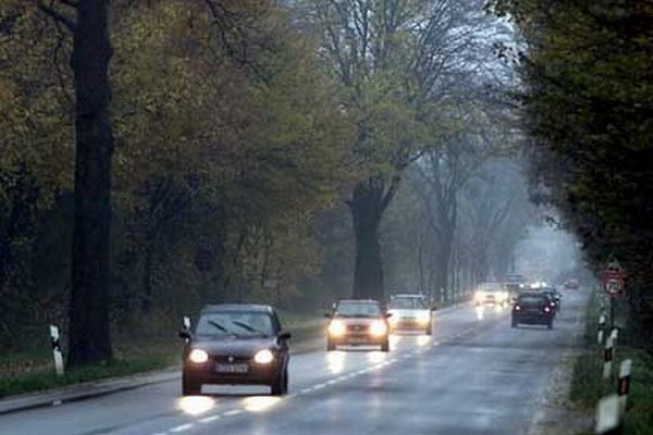 Водіїв зобов'язують тримати фари на заміських дорогах включеними цілодобово (відео)