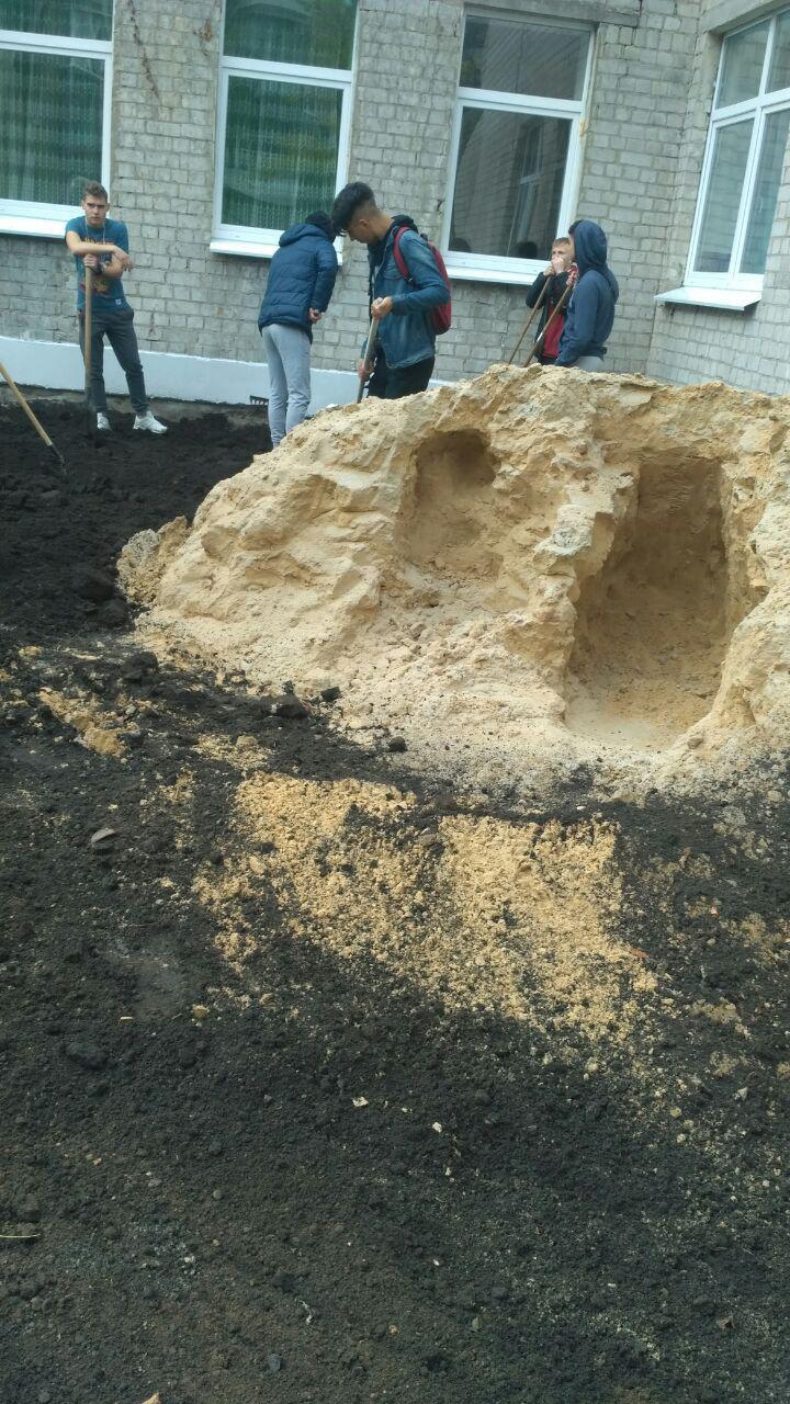 Детей школы заставляют отстраивать садик (фото, соцсети)