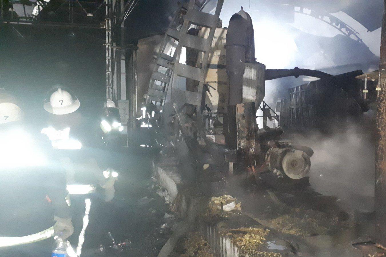В Харькове в ангаре сгорел КамАЗ с тремя тоннами семян кукурузы (фото)
