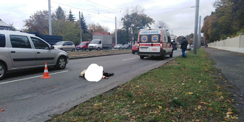 На Московском проспекте лежит мертвый человек (фото)