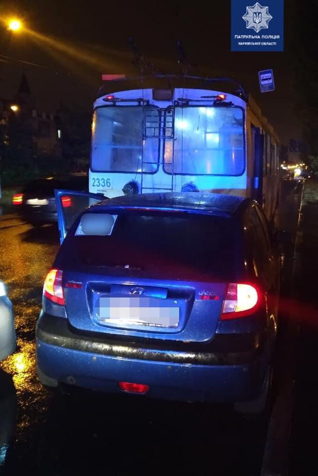 В Харькове Hyundai столкнулся с троллейбусом (фото)