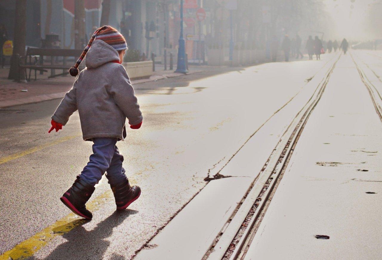 В Харькове маленький ребенок ушел из садика и потерялся