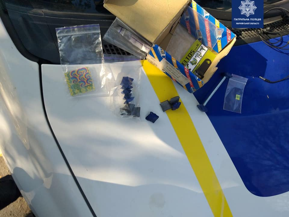 Патрульная полиция нашла в машине 54 пакетика с веществами похожими на наркотические
