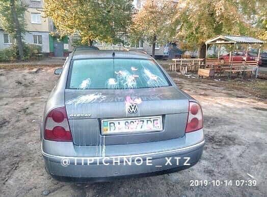 На ХТЗ неизвестные залили монтажной пеной автомобиль (фото)