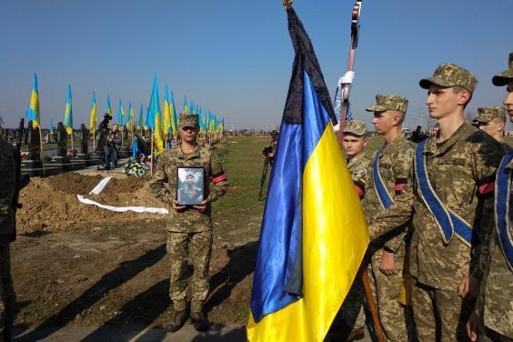 На Харьковщине простились с погибшим воином в зоне ООС (фото)