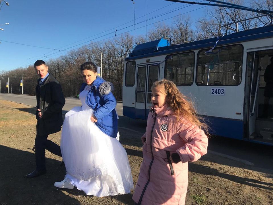 В Харькове отметили свадьбу в троллейбусе (фото)