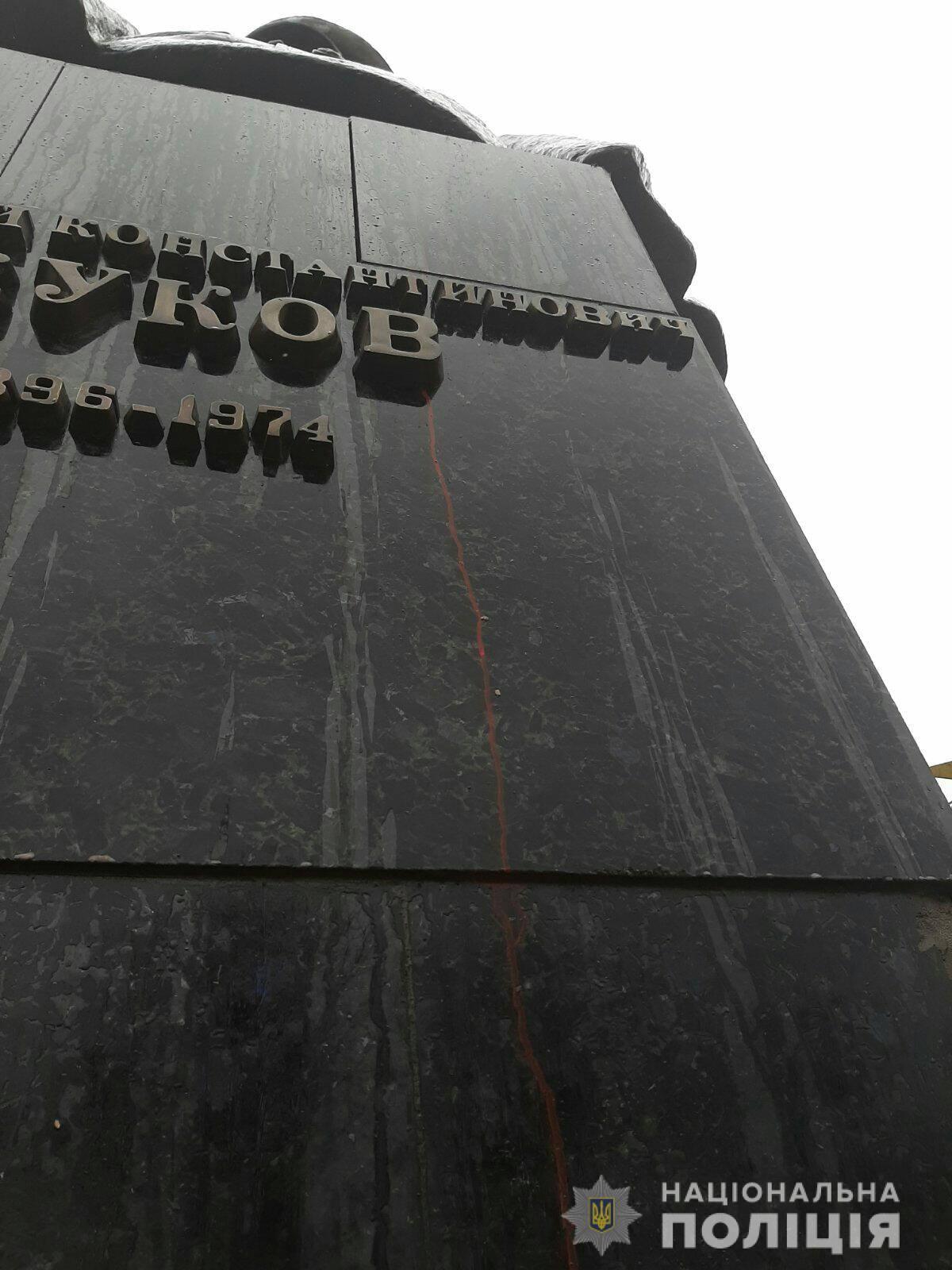 Полиция Харькова проводит проверку по факту повреждения памятника Жукову
