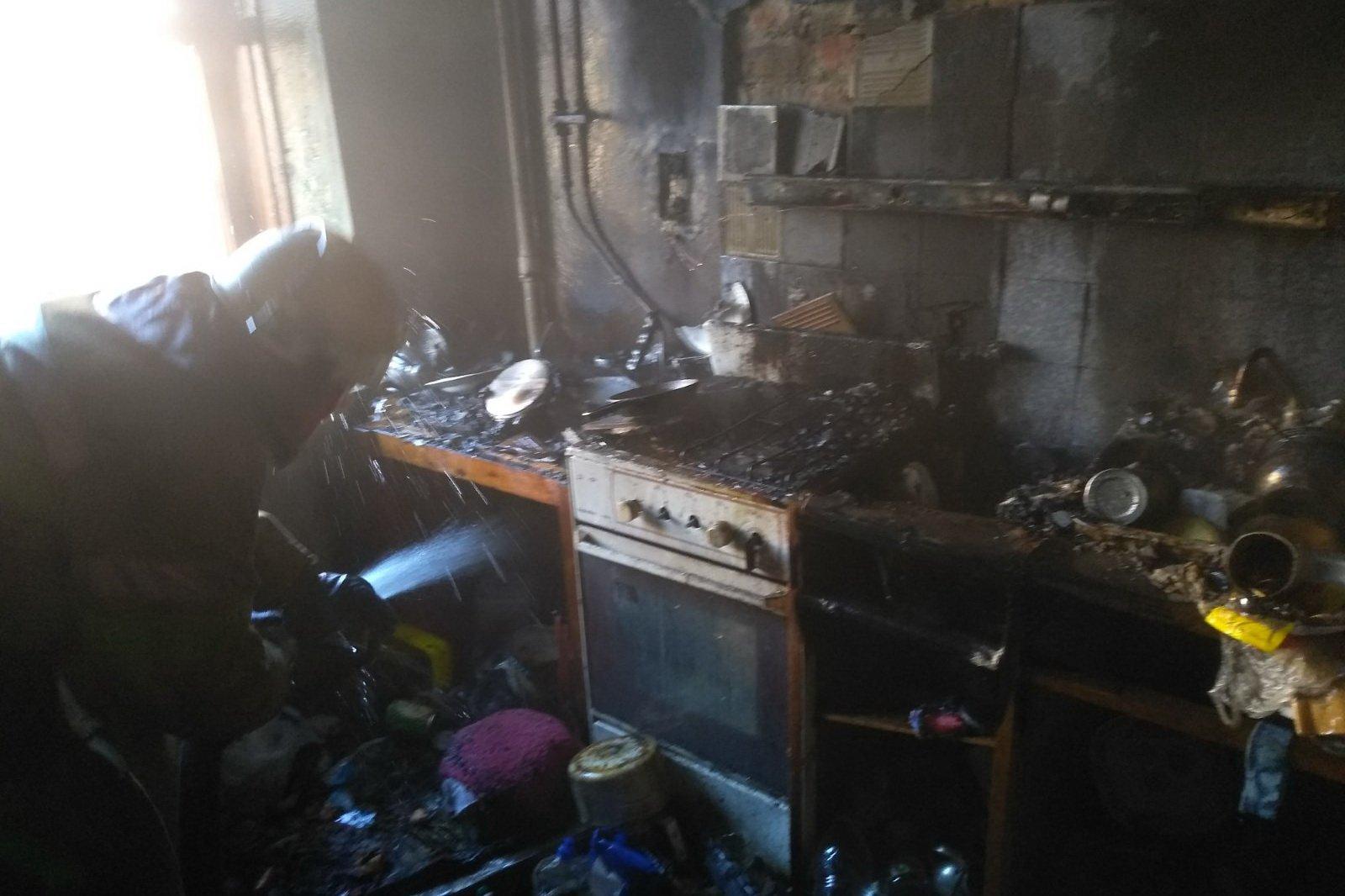 В Харькове горел четырехэтажный дом. Эвакуировали девятерых жильцов (фото)
