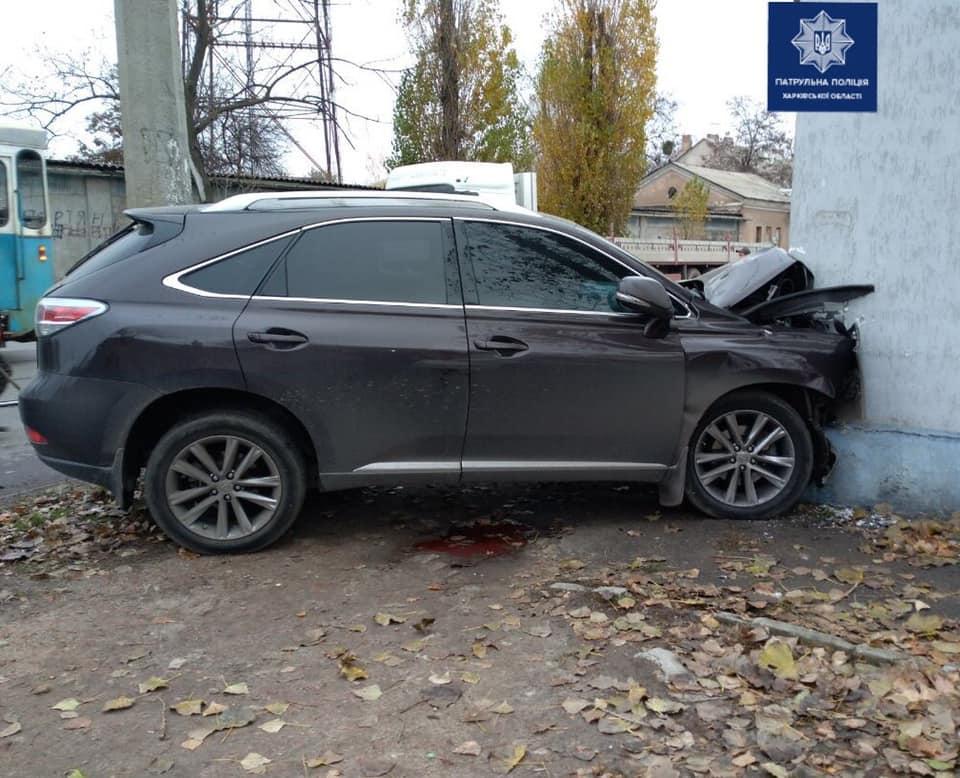 В Харькове Lexus врезался в стену дома (фото)