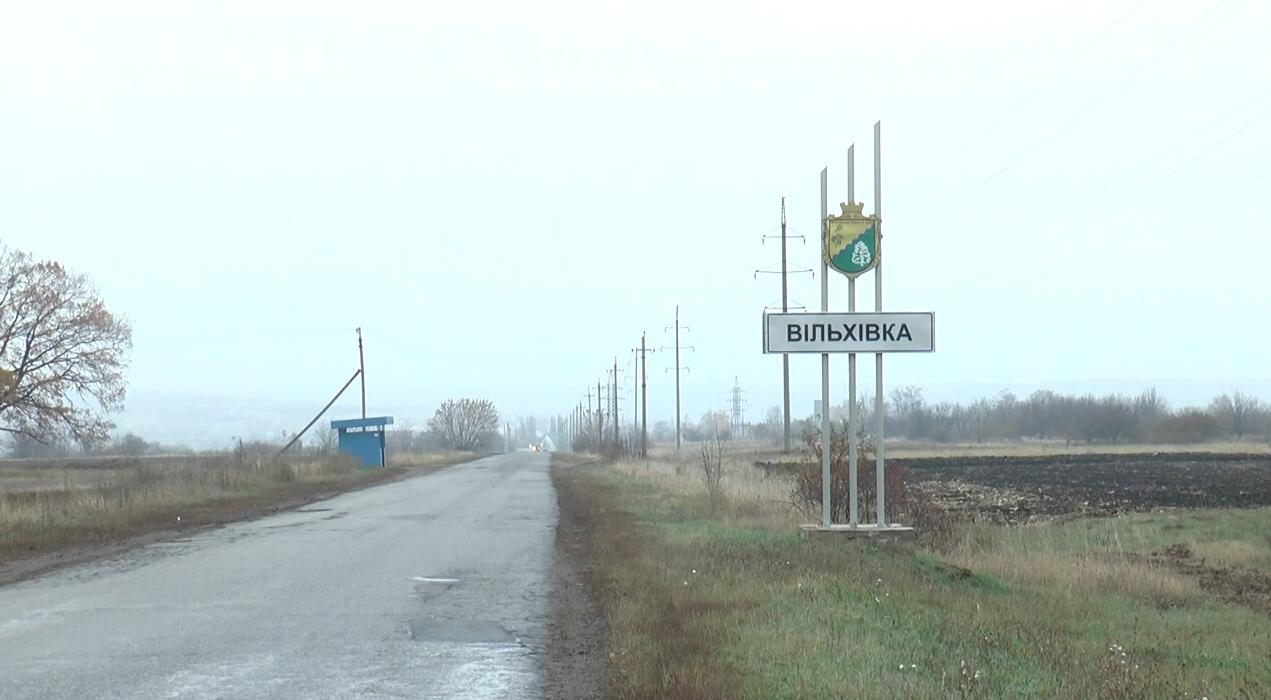 Мешканці Вільхівки скаржаться на велику кількість перевантажених фур (відео)