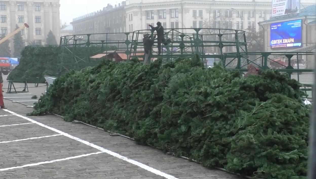 У центрі Харкова розпочалася підготовка до новорічних та різдвяних свят (відео)