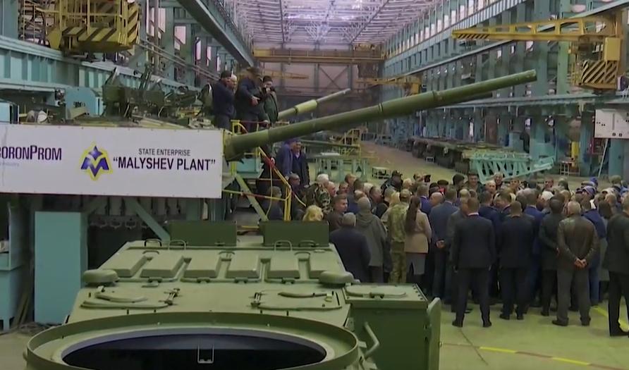 Один танк за 10 років та зарплатні борги: Зеленський проінспектував харківські держпідприємства (відео)