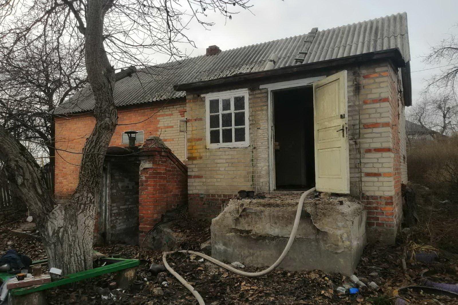 В Дергачах при пожаре погиб хозяин горящего дома (фото)