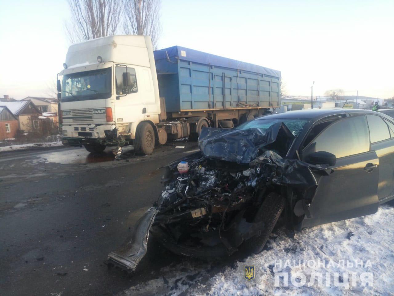 На трассе «Киев-Харьков-Довжанский» легковушка врезалась в грузовик (фото)