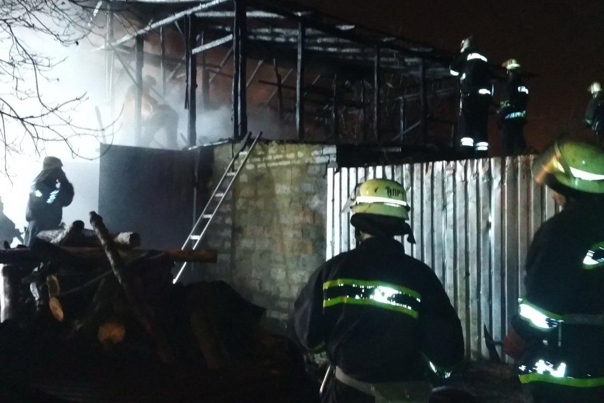 В Харькове в гараже сгорел автомобиль (фото)