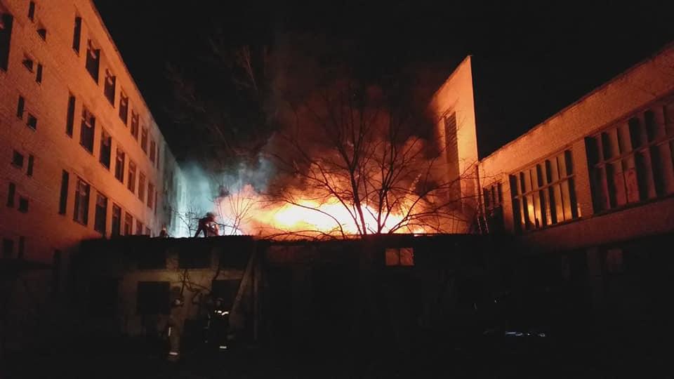 Корпус учебного заведения на Харьковщине подожгли (фото)