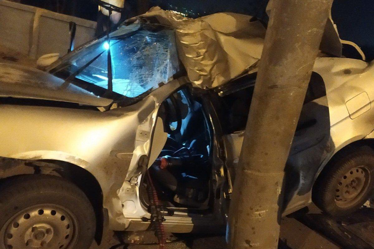 В Харькове водителя пришлось деблокировать из искалеченного автомобиля (фото)