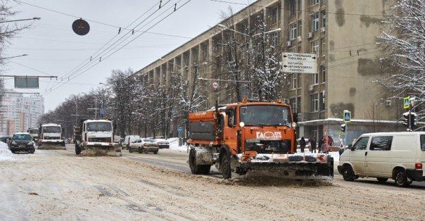 Городские власти ликвидируют последствия ночного снегопада