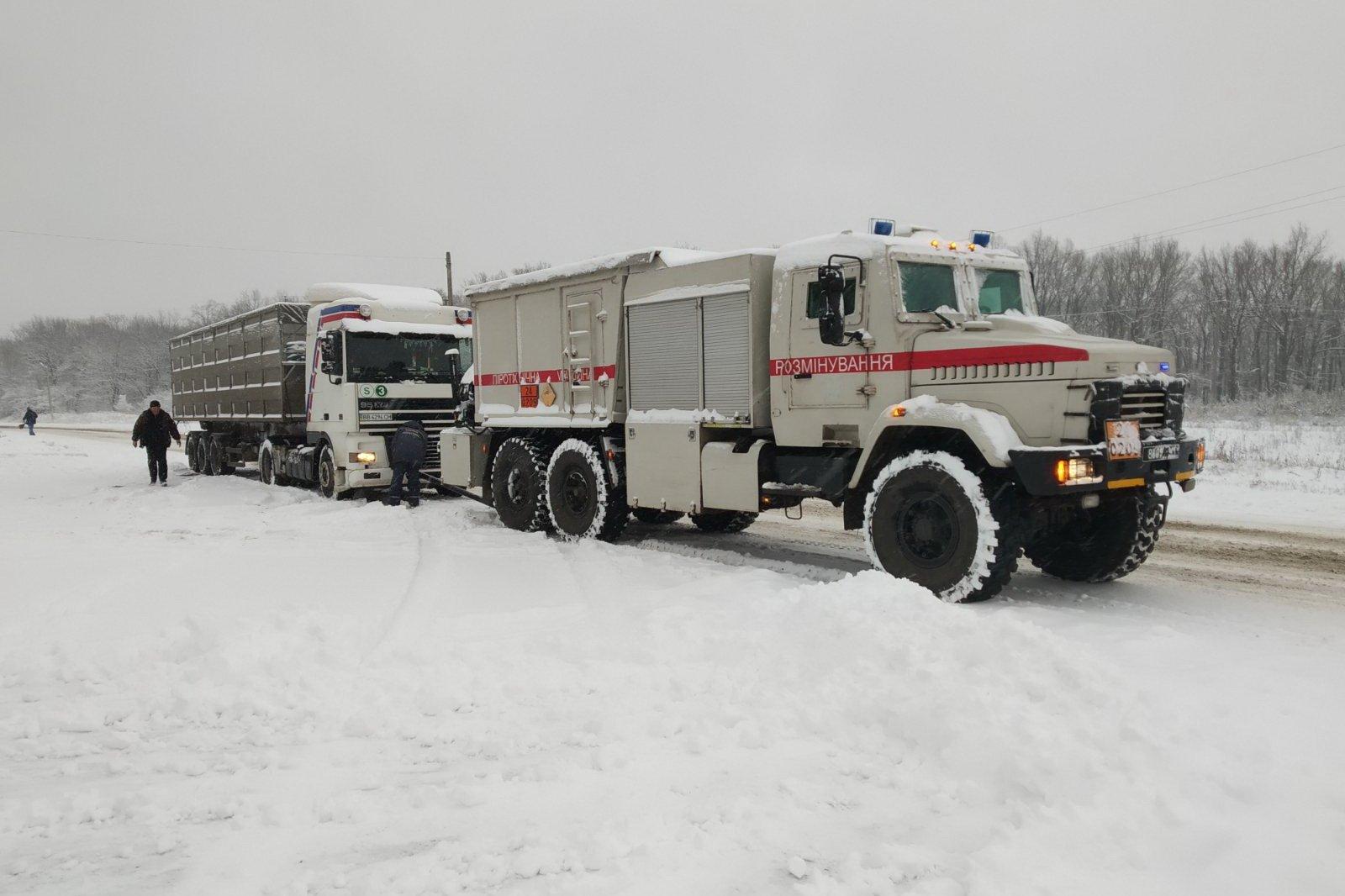 Спасатели на Харьковщине помогли водителям грузовиков (фото)