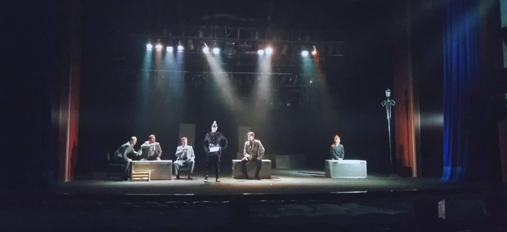 """Раммштайн та протигази: у театрі Пушкіна розпочалися прем'єрні покази вистави """"Три товариші"""" (відео)"""