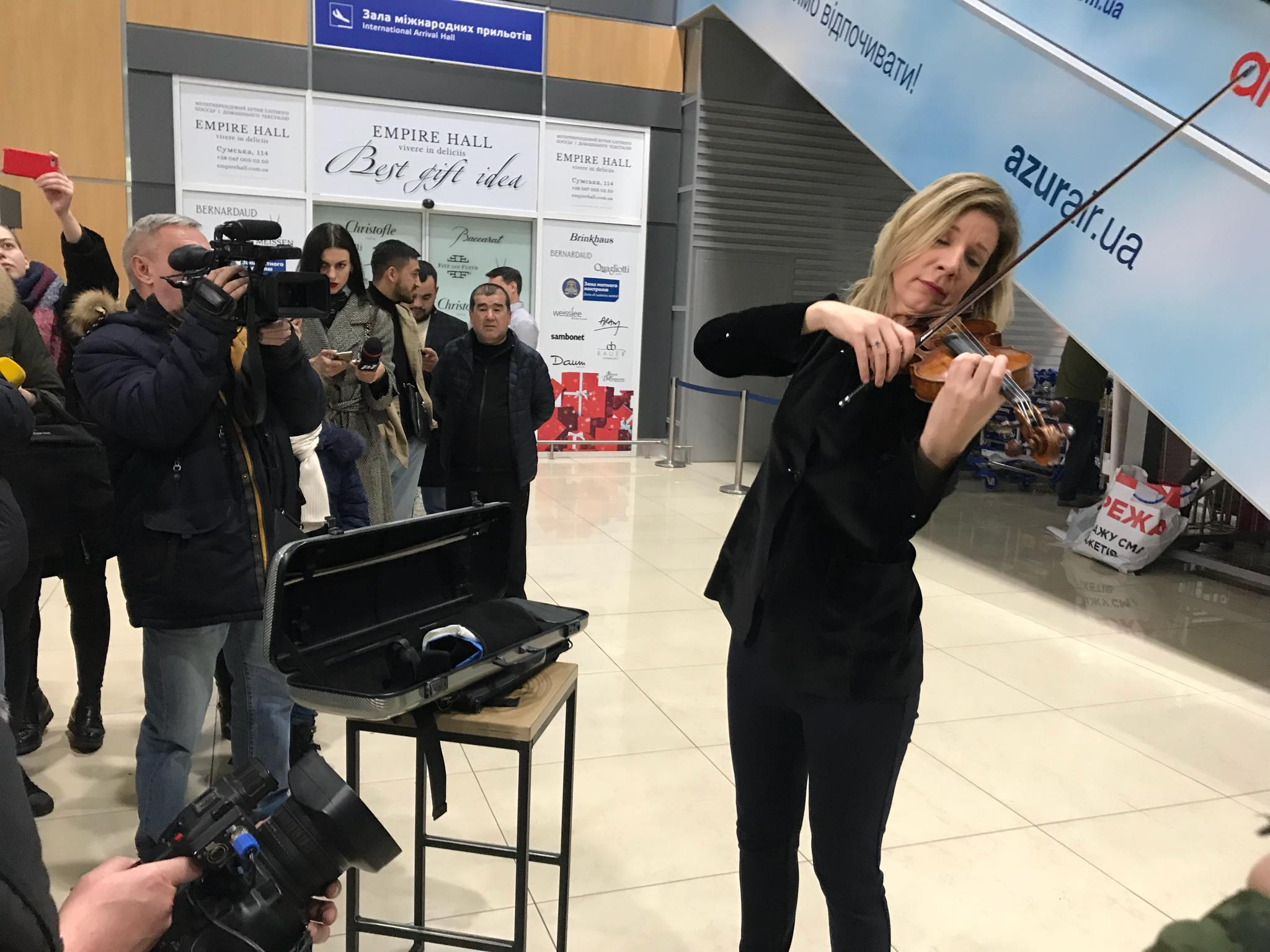 В Харьковском аэропорту прозвучала Красная скрипка Страдивари (видео, фото)