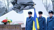 К подножию памятника героям-чернобыльцам в Молодежном парке Харькова возложили цветы (фото)