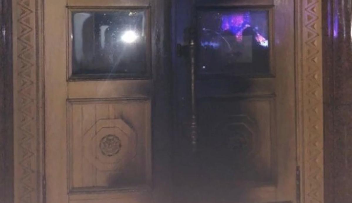 Вимагав зустрічі з Кучером та підпалив двері ХОДА: копи затримали підозрюваного (відео)