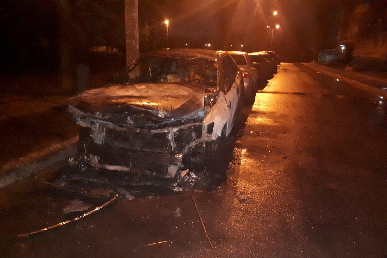 В Харькове сгорела Toyota, припаркованная на ночь во дворе многоэтажки (фото)
