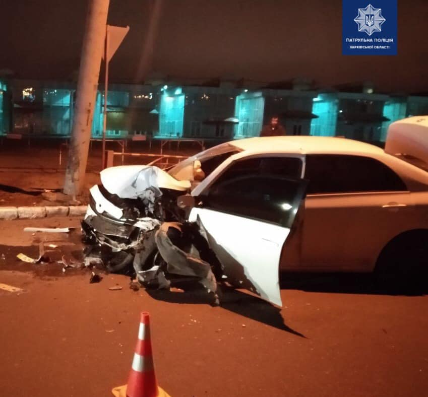 В Харькове Toyota влетела в столб (фото)