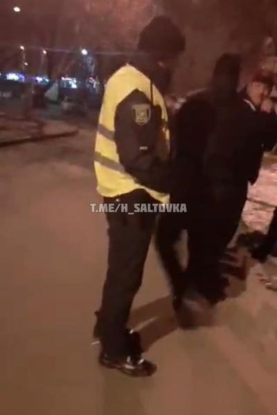 На парня напали посреди улицы в Харькове