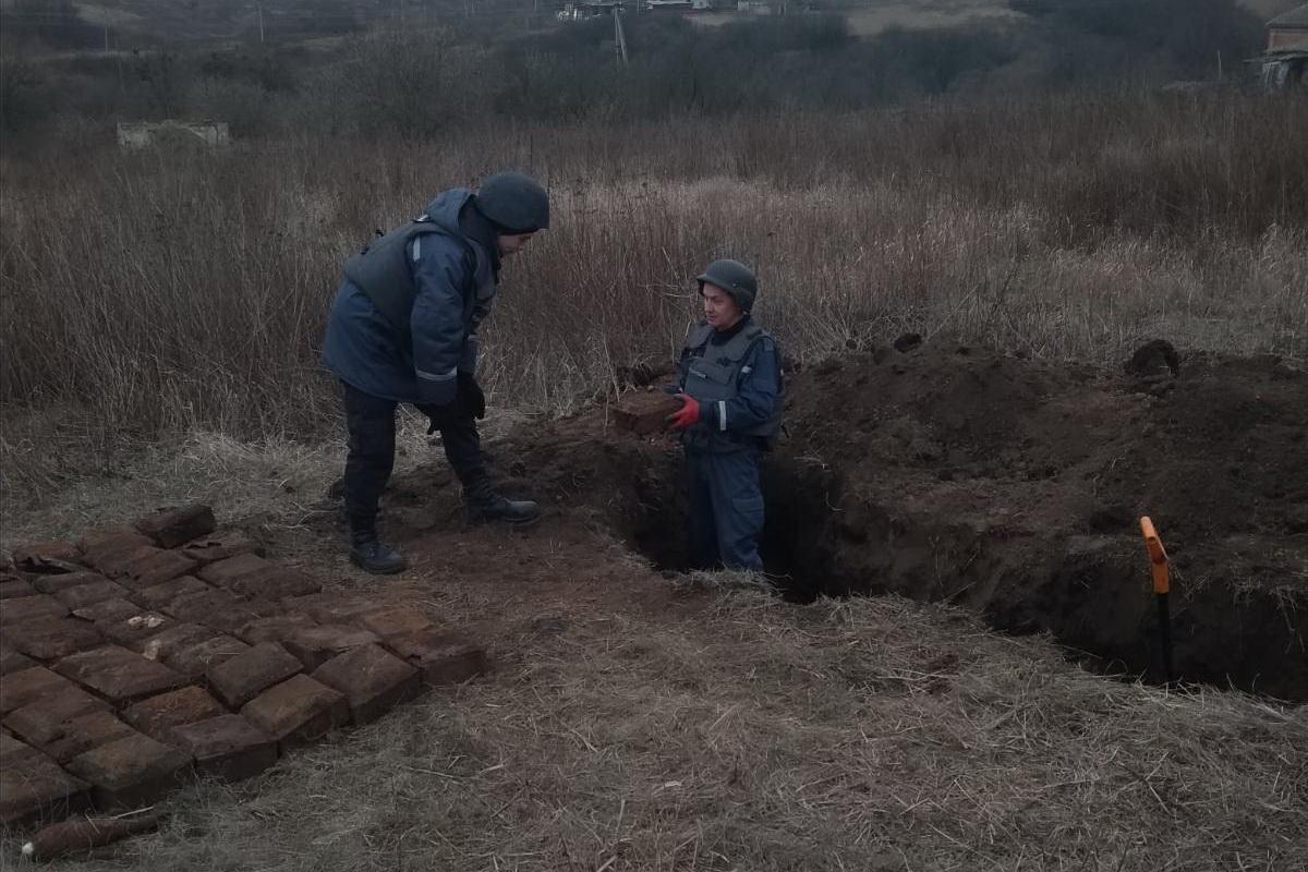 На Харьковщине местные жители искали металолом, а нашли боеприпасы (фото)