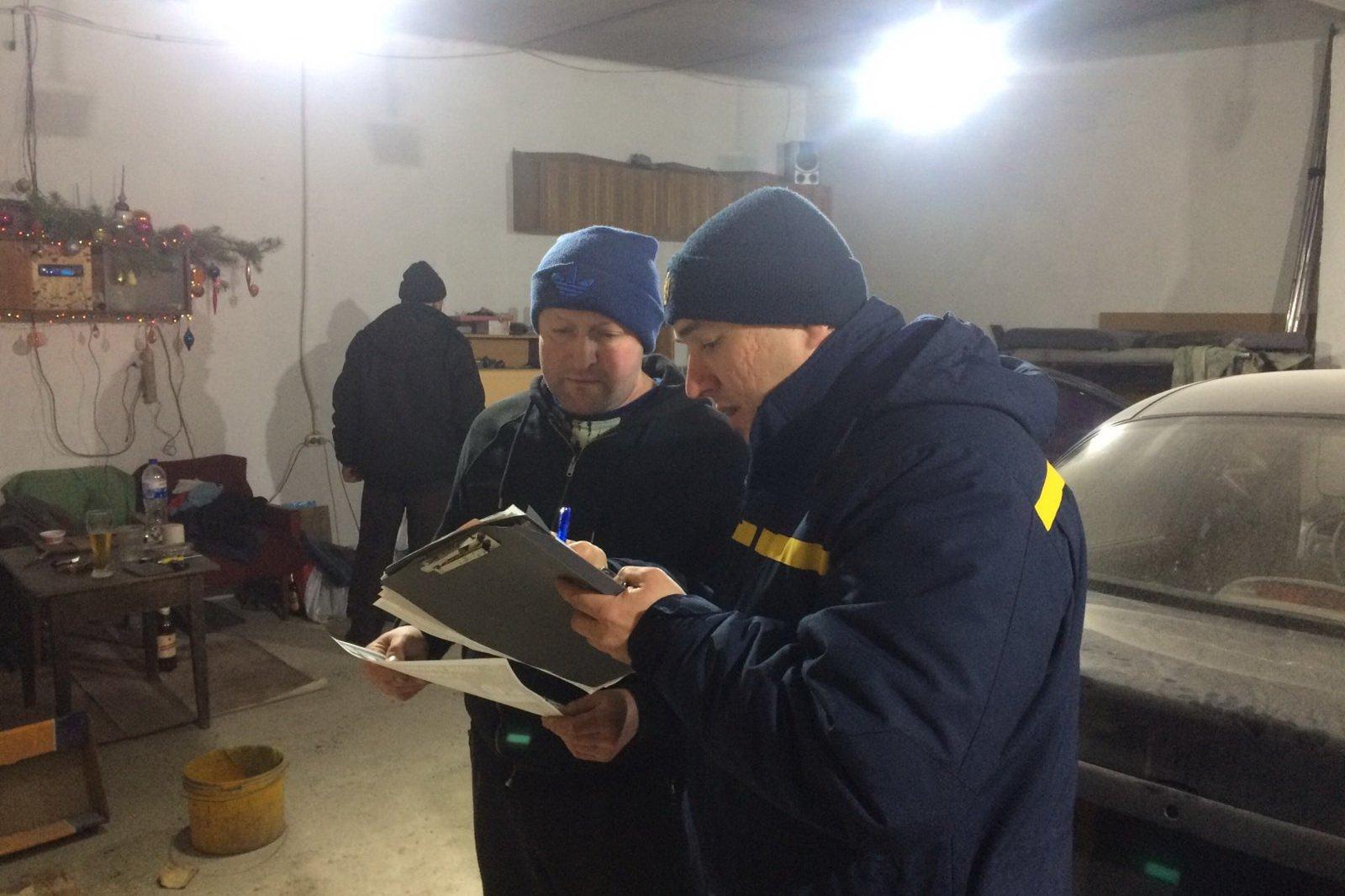 Спасатели проверяют гаражи после пожара с гибелью человека