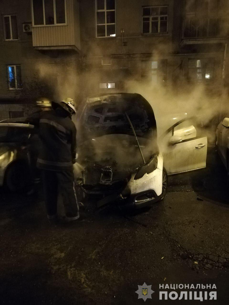 На улице Чичибабина сгорел Peugeot. Возможен поджог (фото)