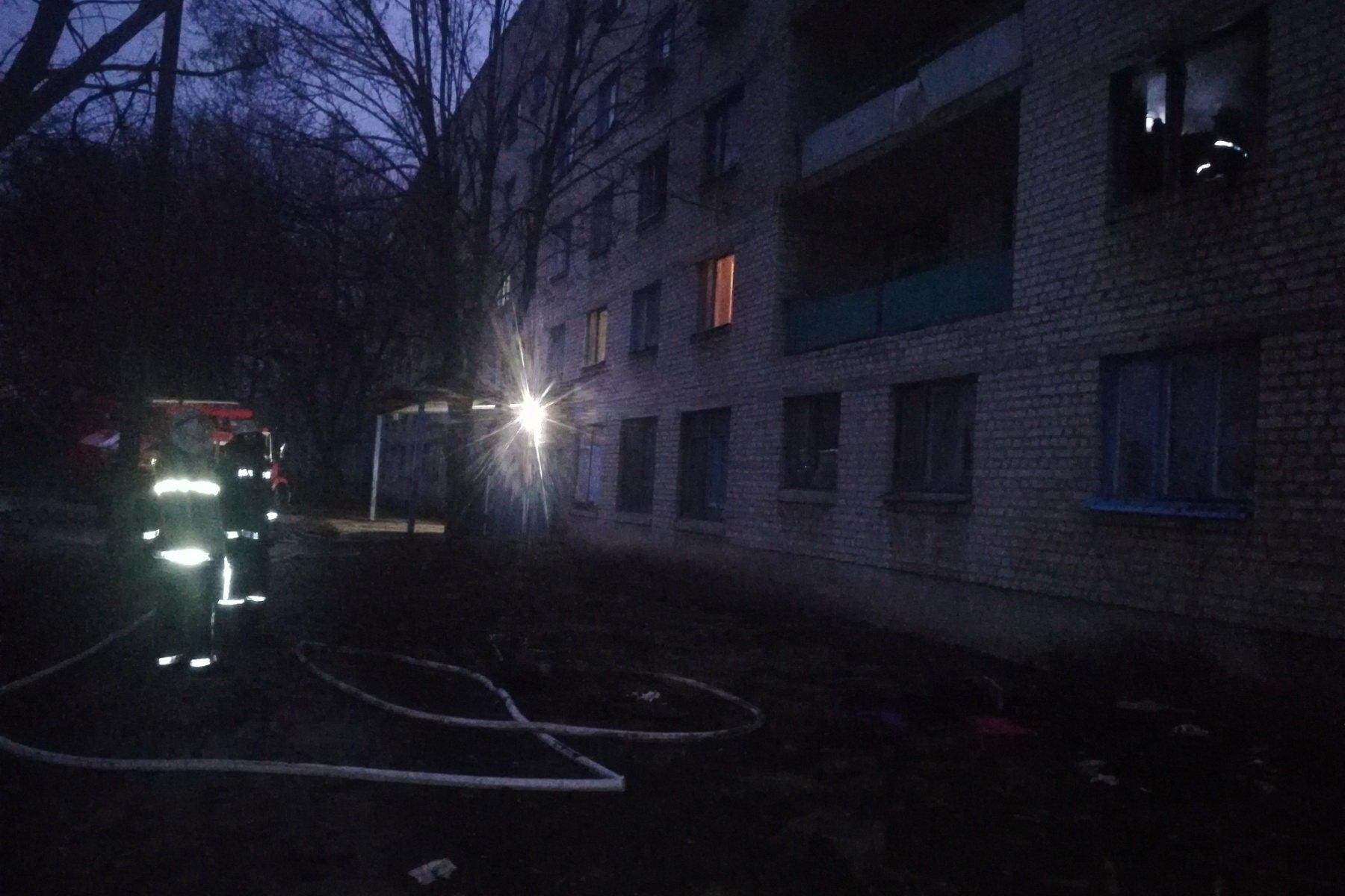 Во время пожара в многоэтажке спасатели эвакуировали детей