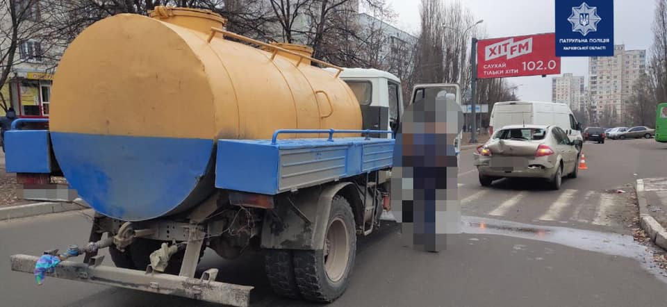 На ул. Амосова водитель грузовика въехал в Renault (фото)