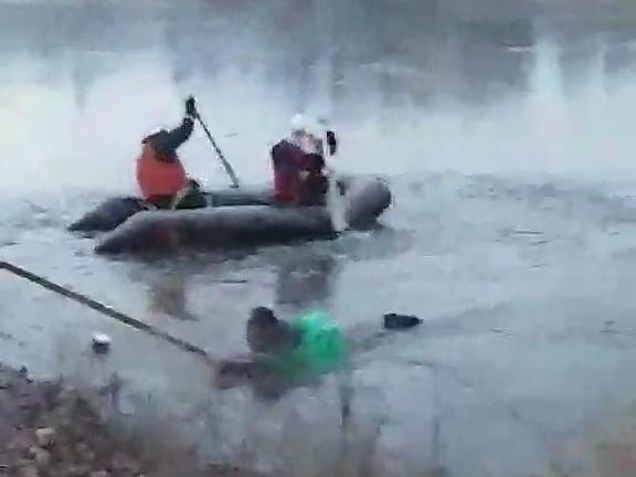 Спасатели вытащили рыбака, провалившегося под лед в Харькове (фото)