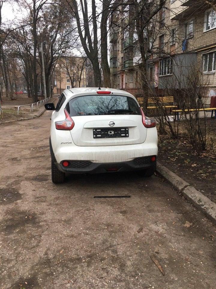 Грабители снимают зеркала и номера с машин в Харькове (фото)