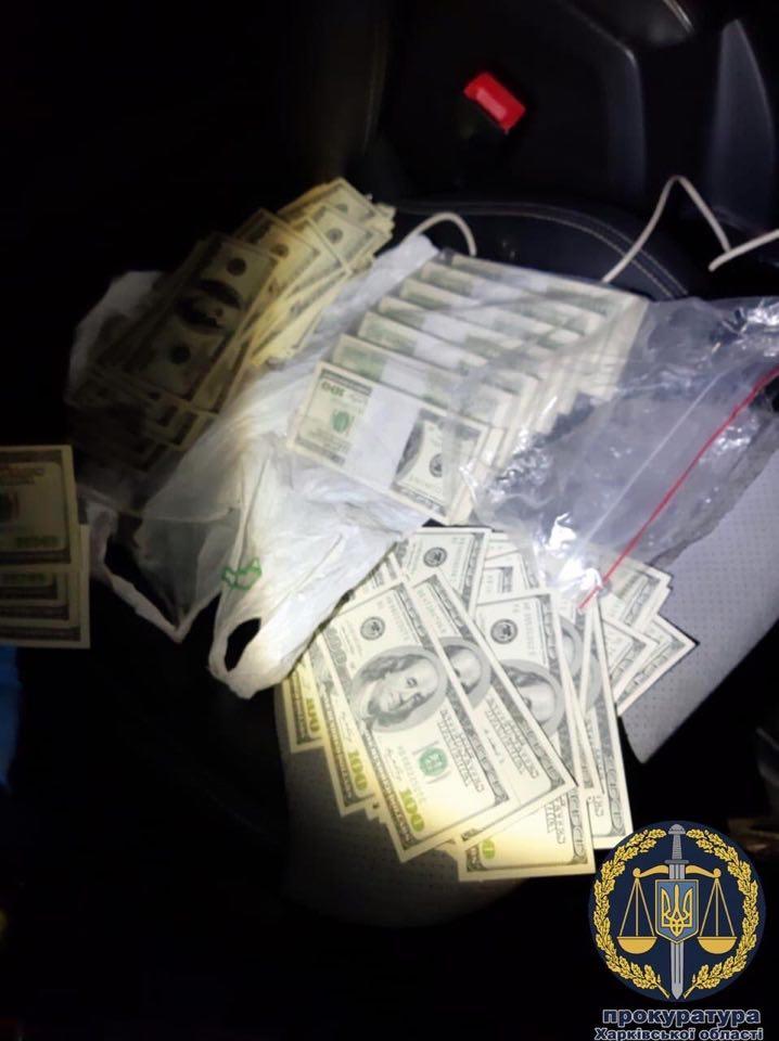 Сотрудника ГФС вместе с посредником задержали на взятке в 85 тысяч долларов