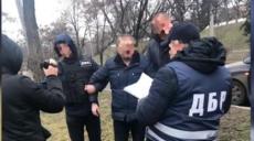 """Хабар у 1,5 тисячі доларів: підполковника поліції викрили """"на гарячому"""" (відео)"""