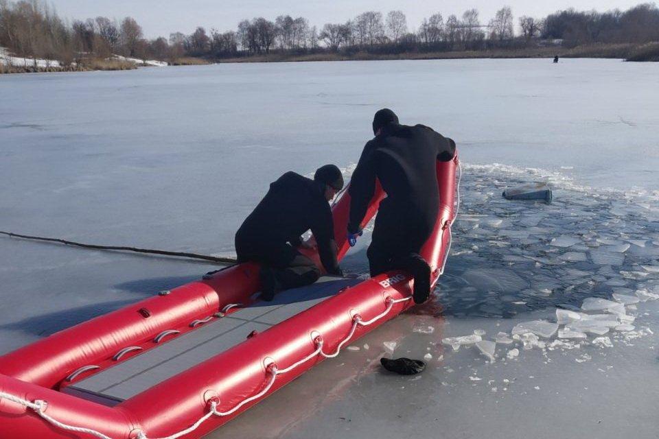 Под Харьковом в проруби утонул пожилой рыболов (фото)