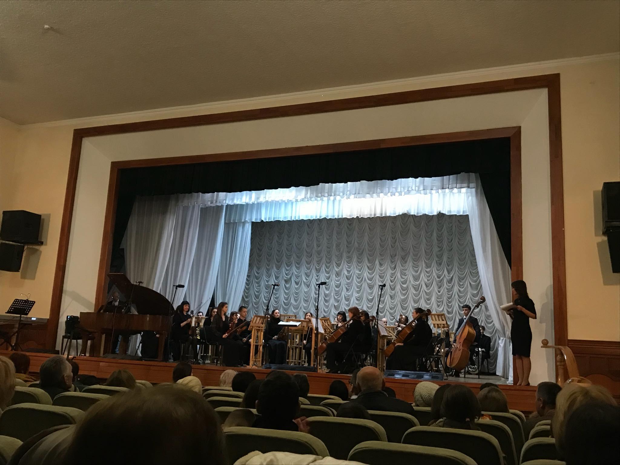 В Харькове незрячие дети сыграли с симфоническим оркестром