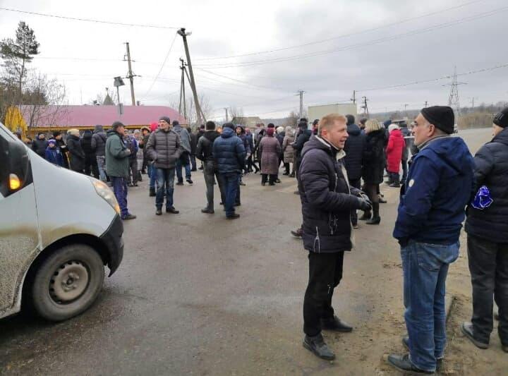 Под Харьковом протест: люди перекрыли трассу (фото, видео)