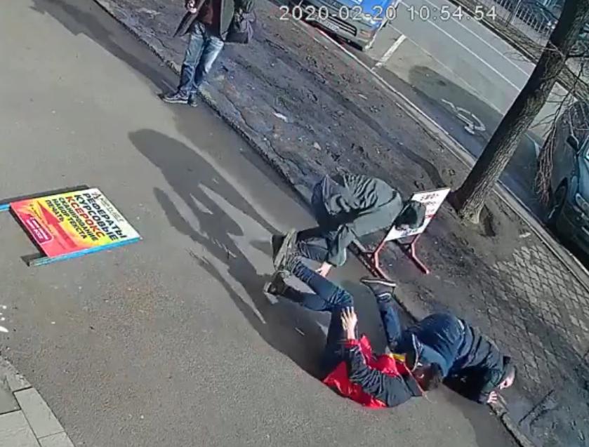 В центре Харькова иностранцы устроили драку. У одного из них был пистолет (видео)