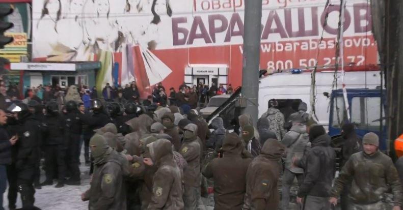 """Гранати, зброя та сльозогінний газ: на """"Барабашово"""" сталися сутички (відео)"""