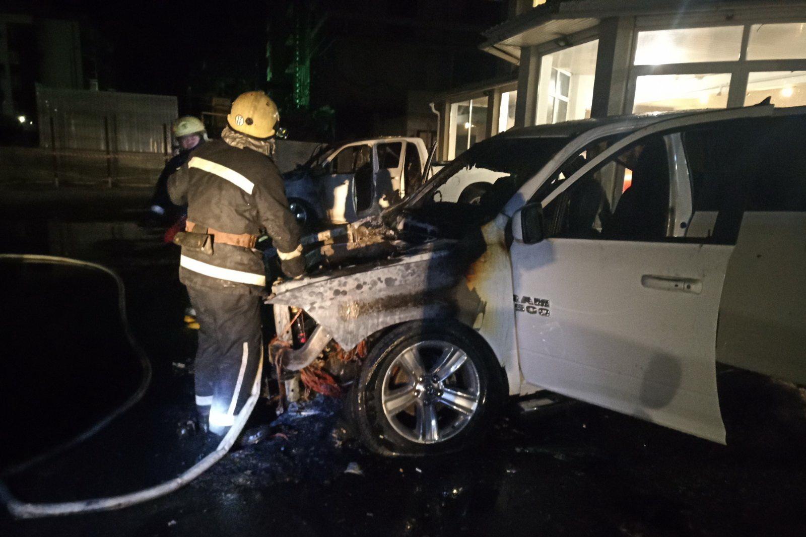В Харькове ночью подожгли два внедорожника (фото)
