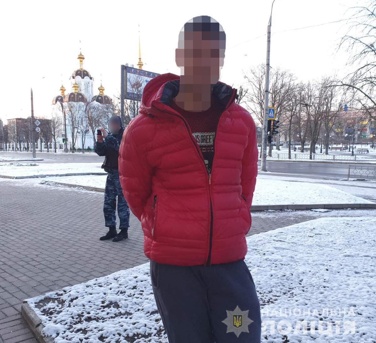 Харьковчанин пытался обокрасть офисы на сигнализации, разбив металлопластиковую дверь (фото)