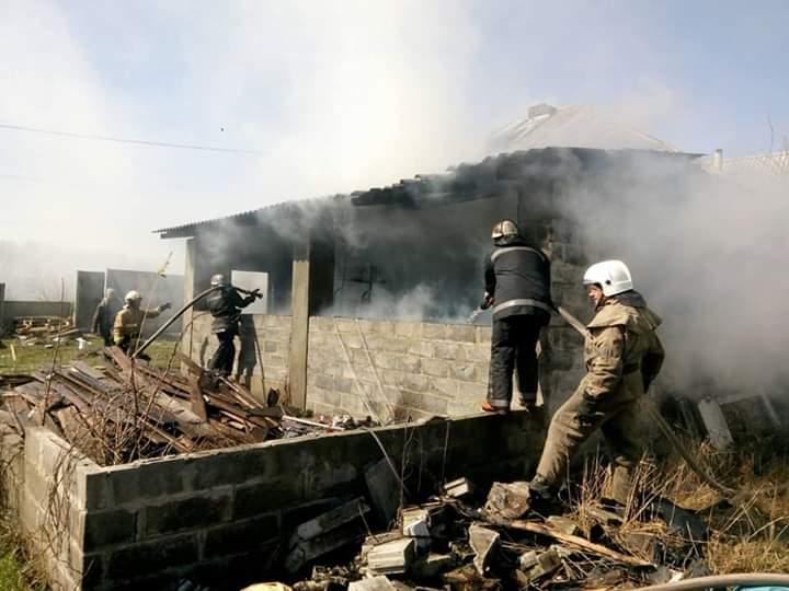 Под Харьковом сгорел дом (фото)