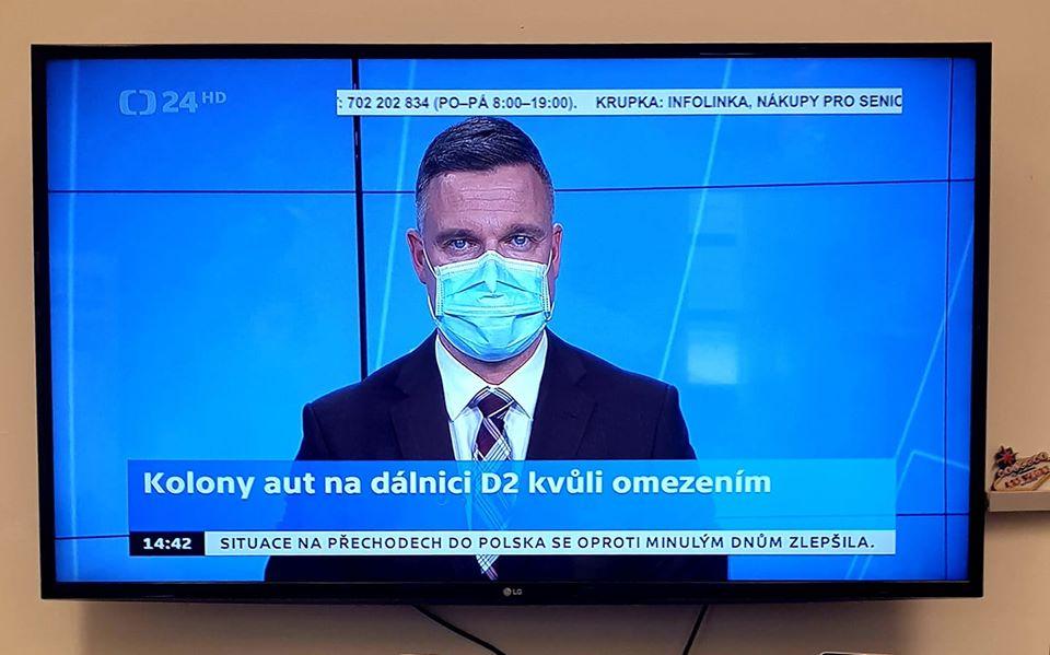 Ведущие телевидения Чехии ведут программы в масках
