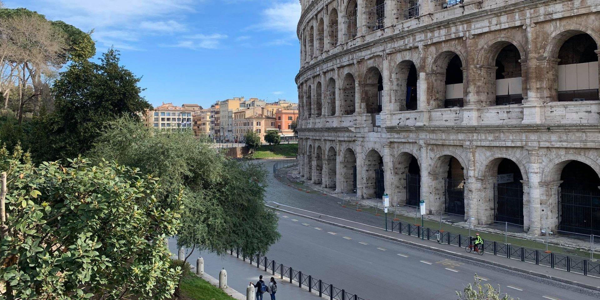 Карантин по-італійські: спів, як ліки від коронавірусу (фото, відео)
