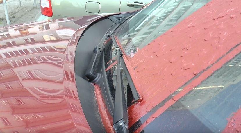 У Харкові залишили гранату на лобовому склі автівки, припаркованої поруч із дитячим майданчиком (відео)